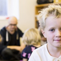 Sexåring sitter på förskola