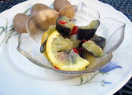 Vegetarisk sill på aubergine serverad i glasskål med citron och potatis