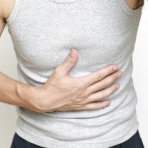 man med ont i magen