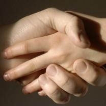 Vuxenhand håller barnhand