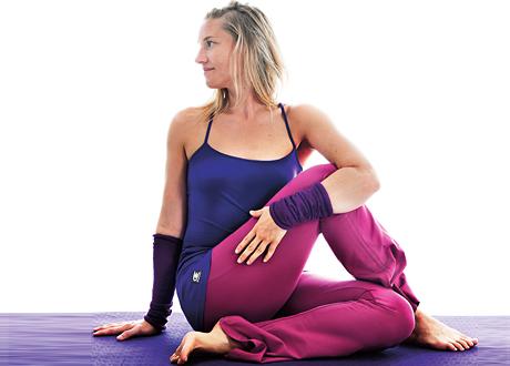 sittande sidovridning yogaövning