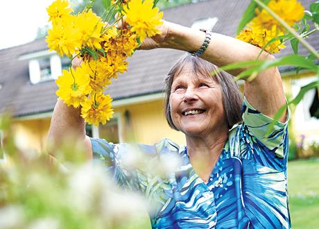 Elisabeth Jansson i sin trädgård.