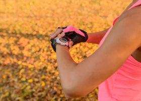kvinna tittar på träningsklocka
