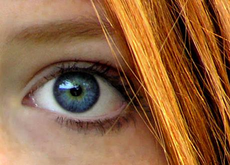 De flesta rödhåriga föds med bruna ögon, men det finns även några få som föds med kombon rött hår och blåa ögon (färre än 1 procent).