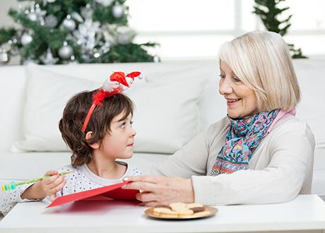 mormor umgås med barnbarn