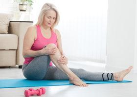 kvinna håller i ett knä