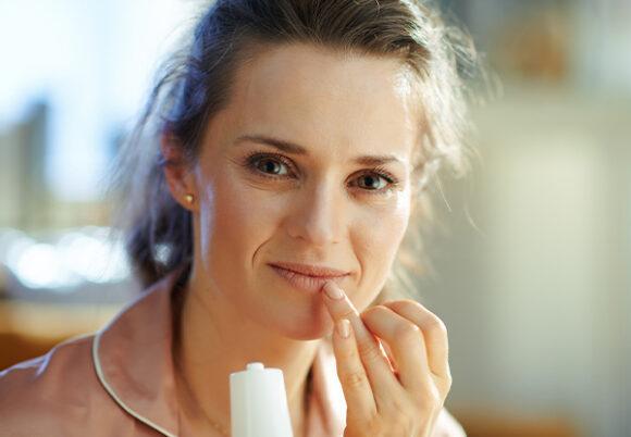 kvinna tar sig för munnen
