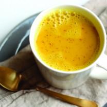 vit kopp med guldmjöl i