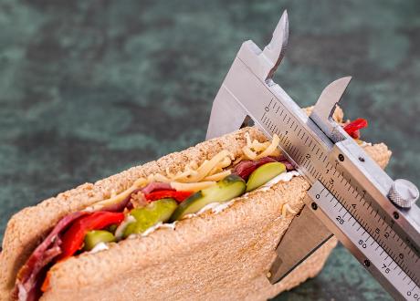 mäter storleken på en smörgås