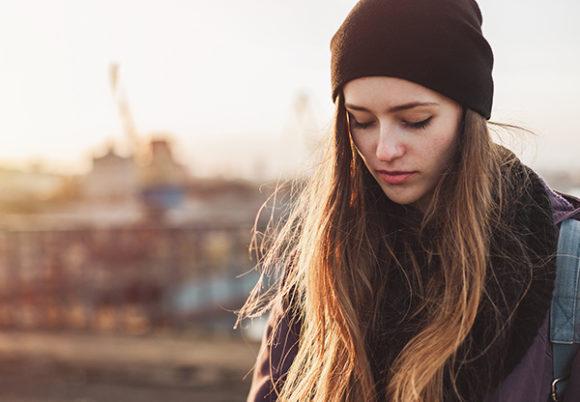 ung kvinna är ledsen