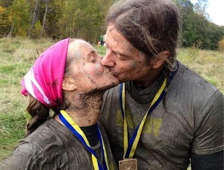 Kureras bloggare Bella Håkansson och pojkvännen Leo Gustafsson springer Tjurruset
