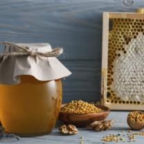 burk med honung och sked med bipollen
