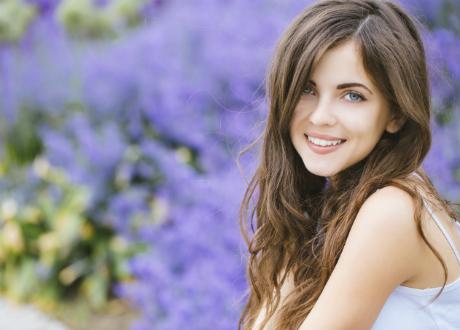 ung tjej i blomster