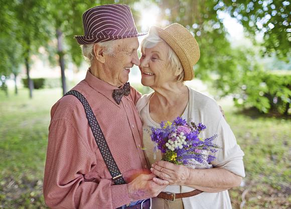 Äldre par som är glada