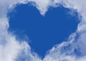 Molnen har skingrat sig och skapat ett hjärta av den blå himlen