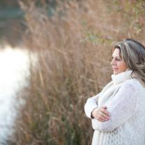 Kvinna 45 plus blickar ut över sjö