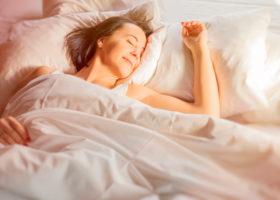 Kvinna ligger och sover gott