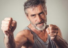 Äldre man i boxarposition