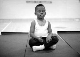 Liten femårig pojke mediterar