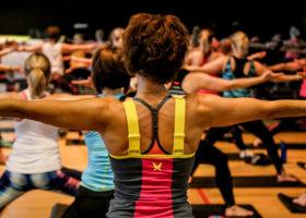 Flera yoga i en sal