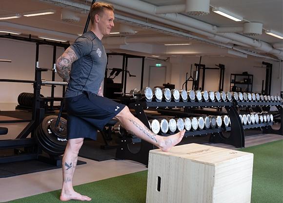 Anders visar stretch för hamstrings/baksida lår