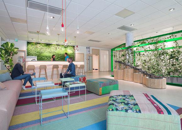 Holistic färgglatt vardagsrum slash lobby