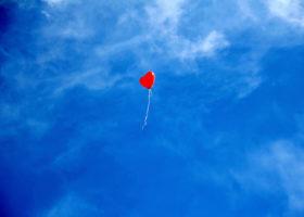hjärtformad ballong mot blå himmel