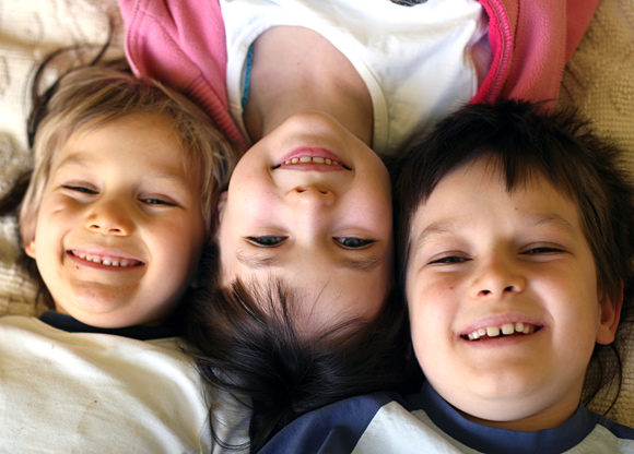 tre syskon i en säng
