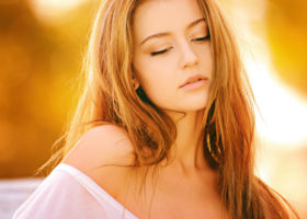 Vacker ung kvinna blundar
