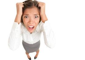 stressad tjej sliter sitt hår