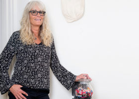 Anneli Ivarsson med handen på en stängd godisburk