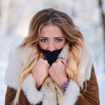 Ljushårig påbylsad tjej ute i vinteväder