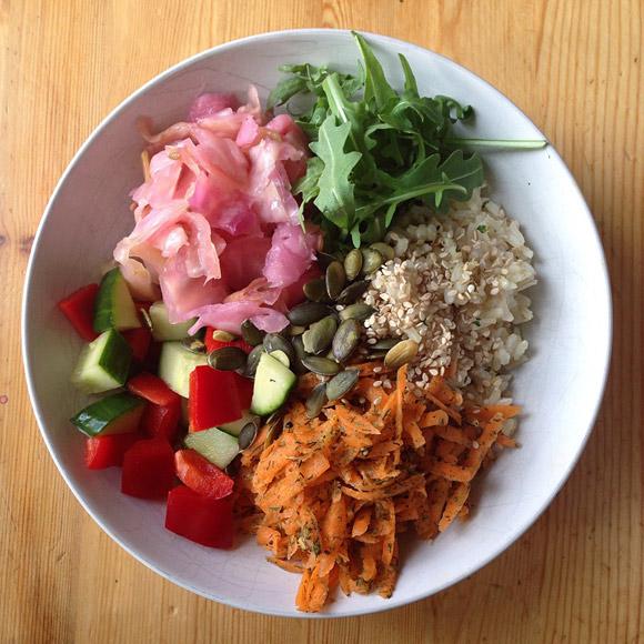 surkål på tallrik med annat vegetariskt