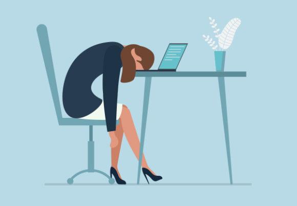 Utmattad sjuk trött kvinnlig chef i Office ledsen tråkigt sittande med huvudet ner på laptop.