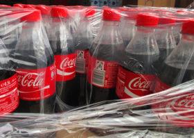 Halvliters coca-colaflaskor inplastade