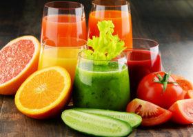 Färgglada juicer, frukt och grönsaker