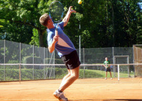 två personer spelar tennis