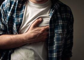 Man tar sig för bröstet
