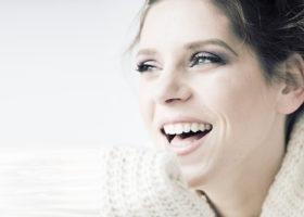 leende tjej med vacker hy