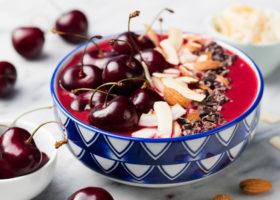 skål med körsbär, mandlar etcetera