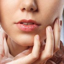 kvinnas ansikte närbild spruckna läppar vinterbakgrund