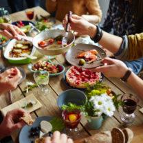 folk äter vid matbord