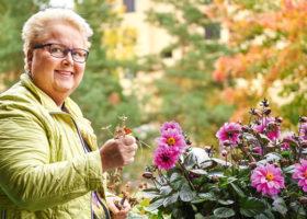 Kristina Klempt i sin trädgård
