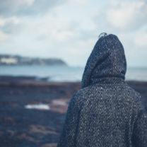 kvinna i grå kappa ute i kylan
