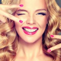 kvinna med vacker hy, hår och naglar