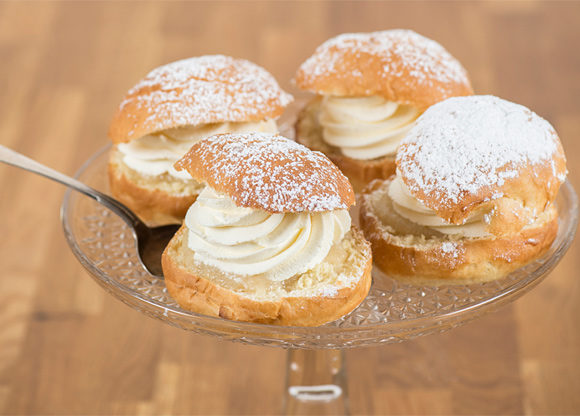 Traditionella semlor på fat