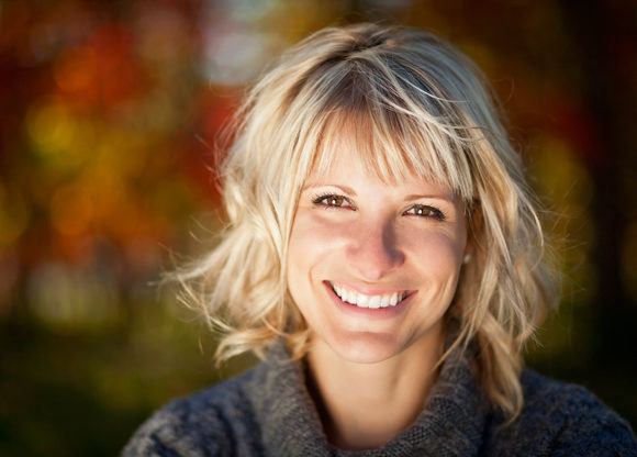 Glad avslappnad blond kvinna