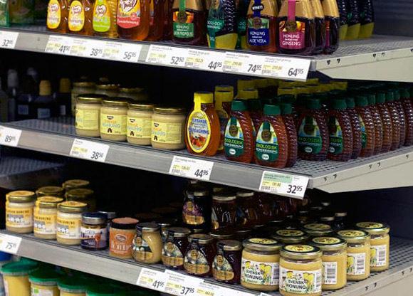 Honungsburkar på hylla i butik