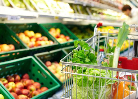 grönsaker i vagn i livsmedelsbutik