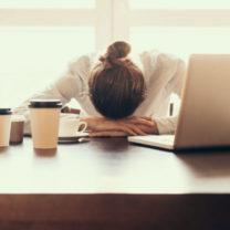stressad och trött kvinna på jobbet
